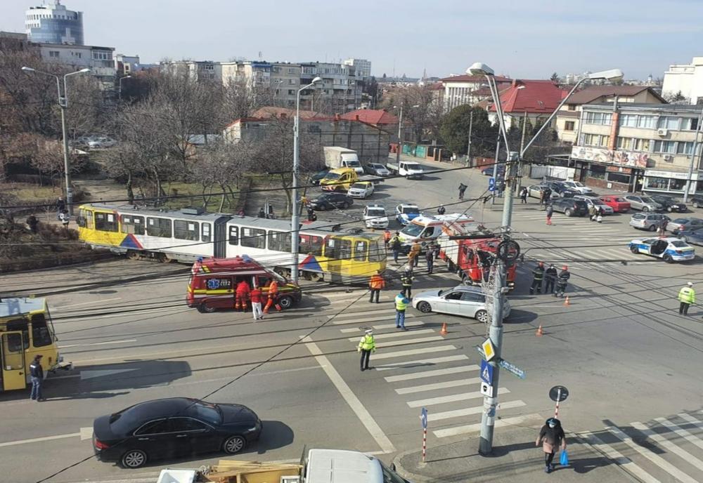 Un tramvai a deraiat la Ploiești după ce a fost lovit de un autoturism