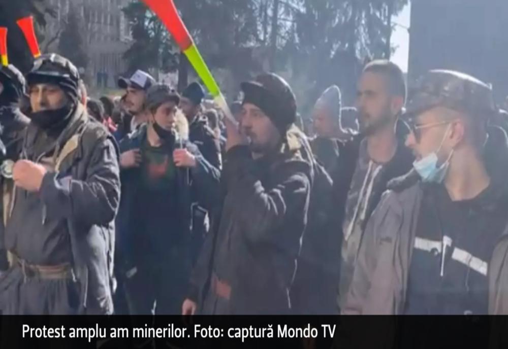 VIDEO Protestul minerilor din Valea Jiului se EXTINDE. Sute de oameni s-au adunat în fața Complexului Energetic Hunedoara