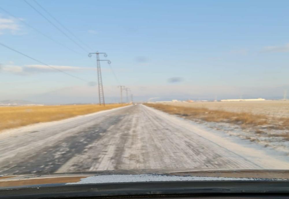 Trafic îngreunat pe mai multe șosele din Prahova din cauza gerului și a ninsorii