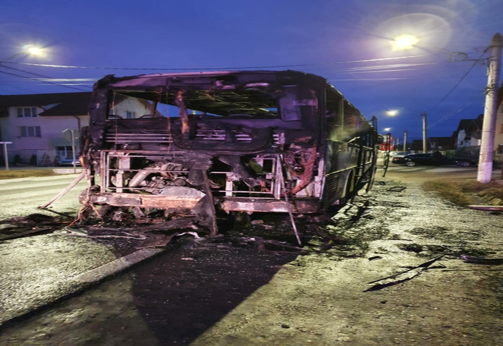 VIDEO Autobuz distrus de flăcări! 30 de pasageri s-au autoevacuat!