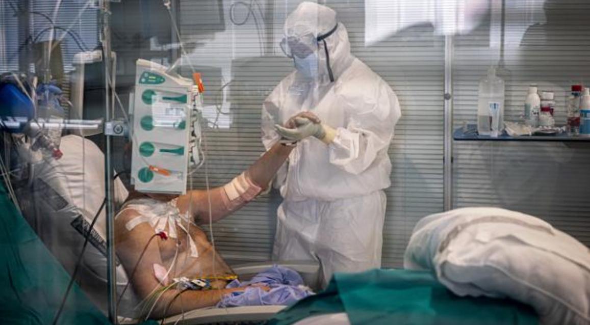 """Haos în spitale, medici contra medici. """"Când am încetat să fim oameni?"""" Explozia COVID bagă România în criză"""