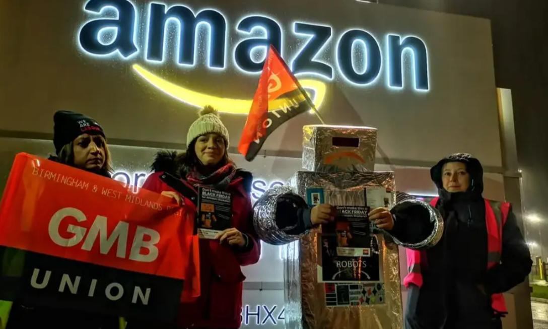 """Protestul angajaților Amazon din Italia. ,,Lucrăm timp de 8 ore într-o cușcă. Te dor brațele, spatele, genunchii"""""""