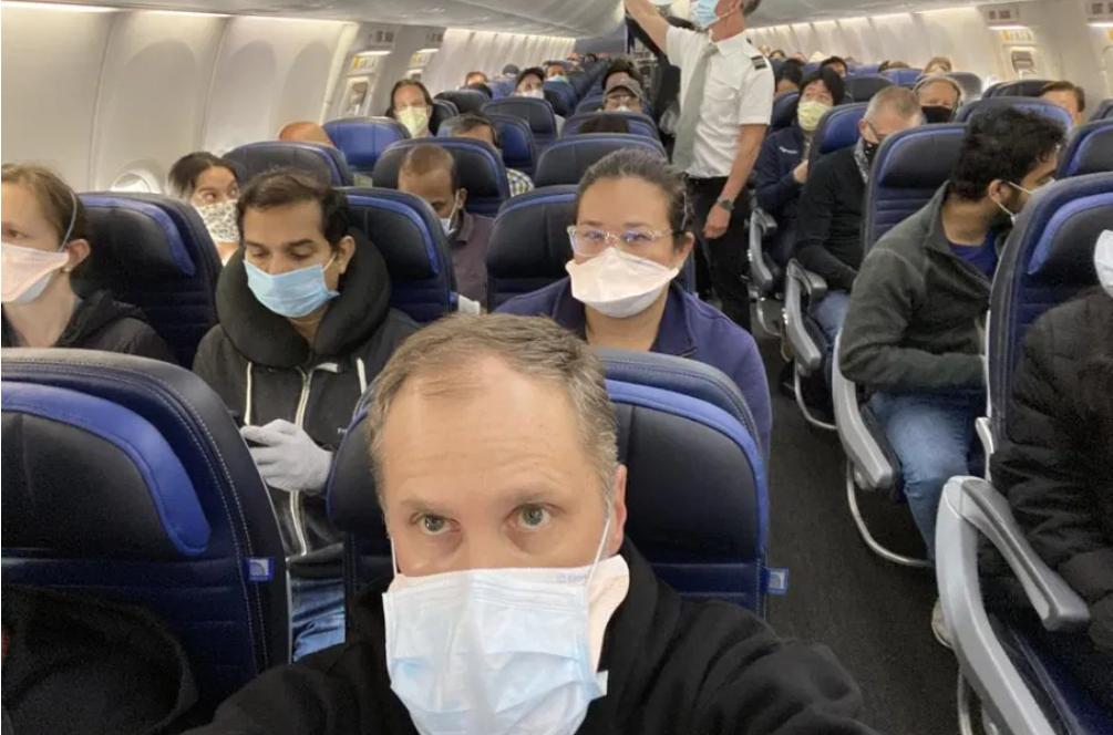 Mai există riscul de a lua COVID în avion dacă toți pasagerii poartă mască?