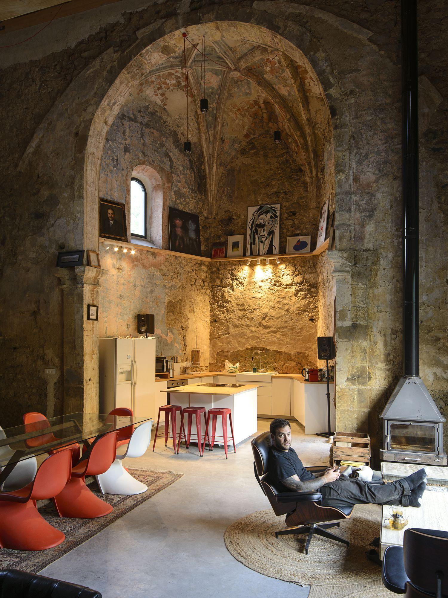 """FOTO. Biserică din secolul XVI transformată în locuință. """"A fost ca un vis așteptat de orice arhitect"""""""