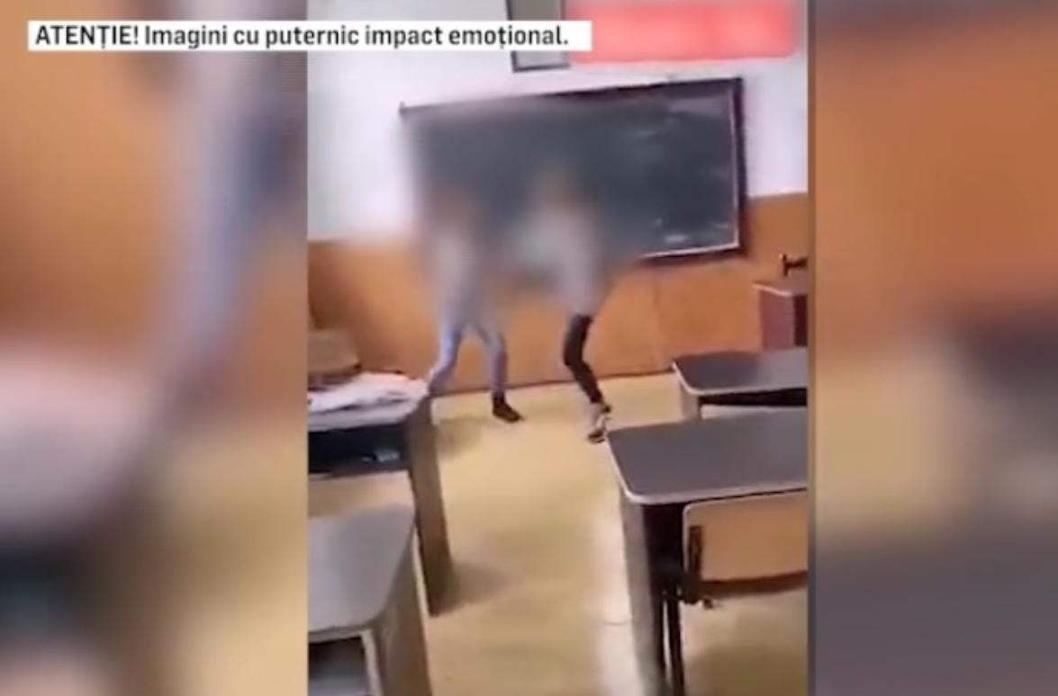 """VIDEO. Încă o elevă bătută """"cu show"""" la clasă. Cine oprește violența din școlile României?"""