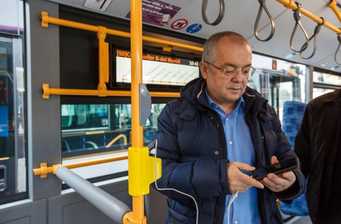 Emil Boc și primarii de municipii somează Guvernul: dați banii pentru transportul elevilor!
