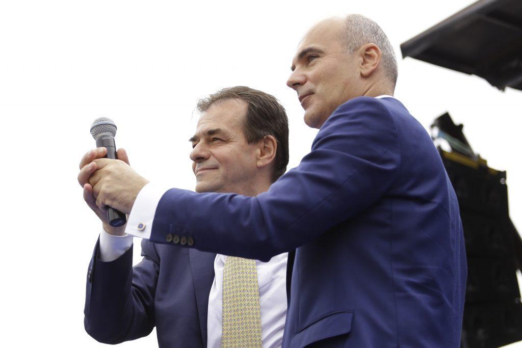 """O fi Rareș Bogdan șarpele, dar unde-i sânul? E ca-n bancul cu Șoșoacă și NATO. Plus """"doctorița-minune""""…"""