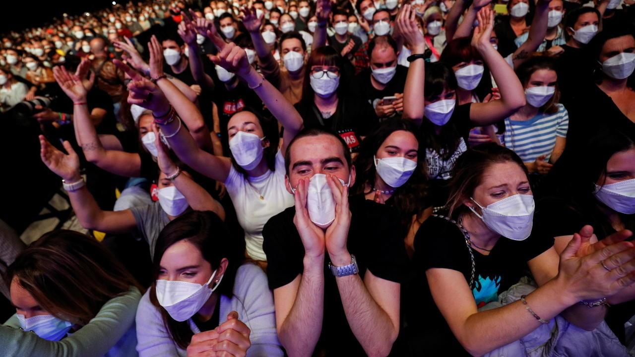 """Concertul """"Love of Lesbian"""": cum a fost posibil ca doar 6 din cei 5.000 de oameni să se infecteze?"""