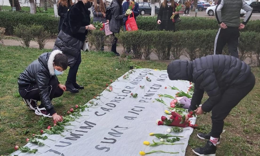 LECȚIA imensă de viață dată de elevi anarhiștilor: prinde contur fenomenul florilor pentru medici