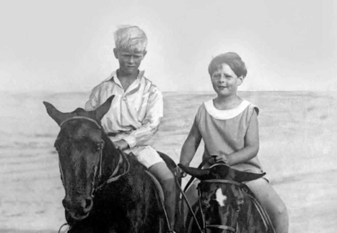 Cea mai frumoasă amintire: regele Mihai și prințul Philipp pe plajă, la Constanța, în copilărie