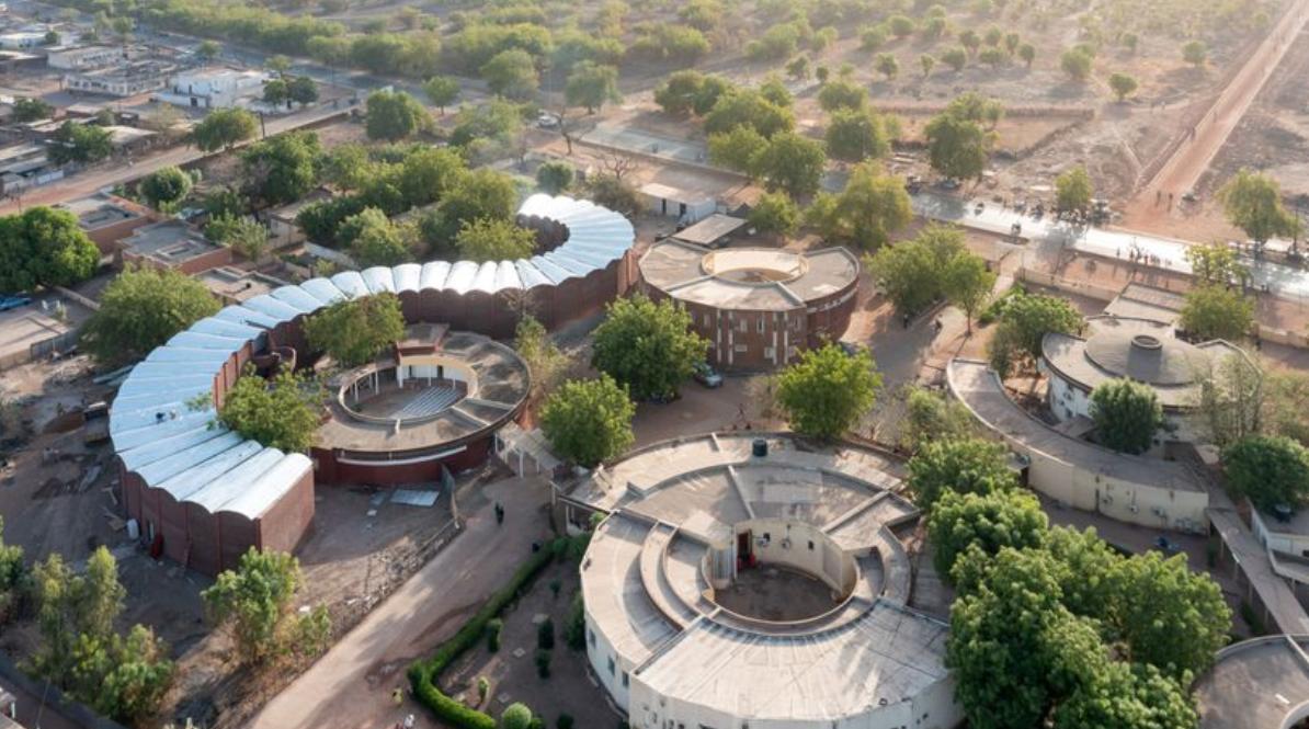 Acest spital din Senegal combate căldura sufocantă doar prin arhitectură