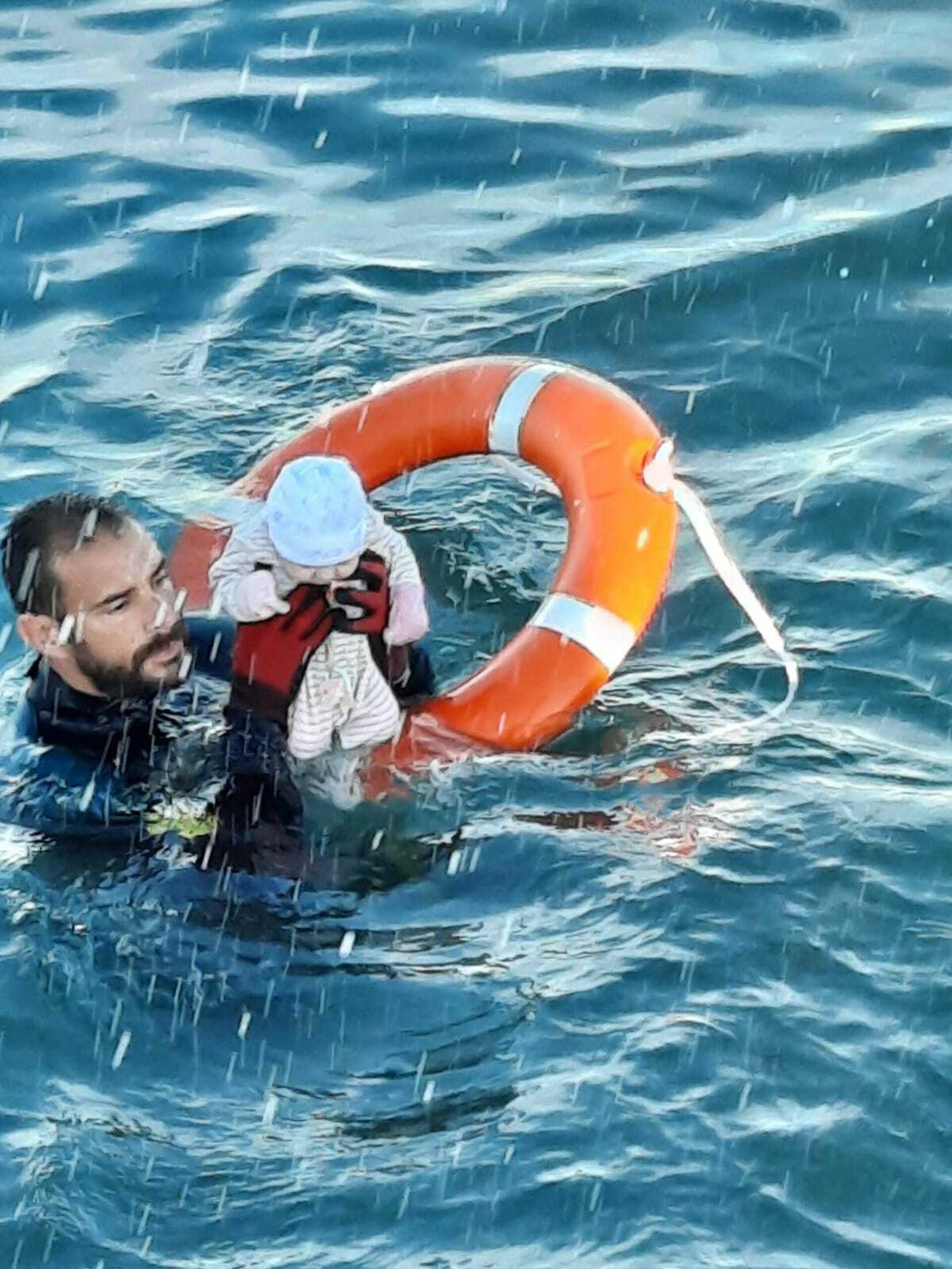 """Eroul din poza care a făcut înconjurul lumii: """"Am luat copilul, era înghețat, rece, nu făcea gesturi"""". Europa, sub noul asalt"""