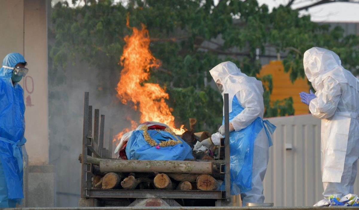 """""""Cadavrele se descompun. Stați departe!"""". India construiește rapid cimitire și incineratoare, e criză de oxigen, vaccinarea – tardivă. Apocalipsa COVID, în direct"""
