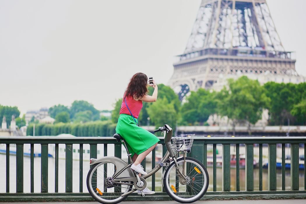 Franța dă 1.500 de euro celor care își schimbă mașina veche cu o bicicletă