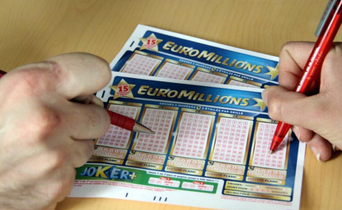 A găsit pe stradă biletul câștigător de 163 de milioane de euro și l-a returnat celui care îl pierduse
