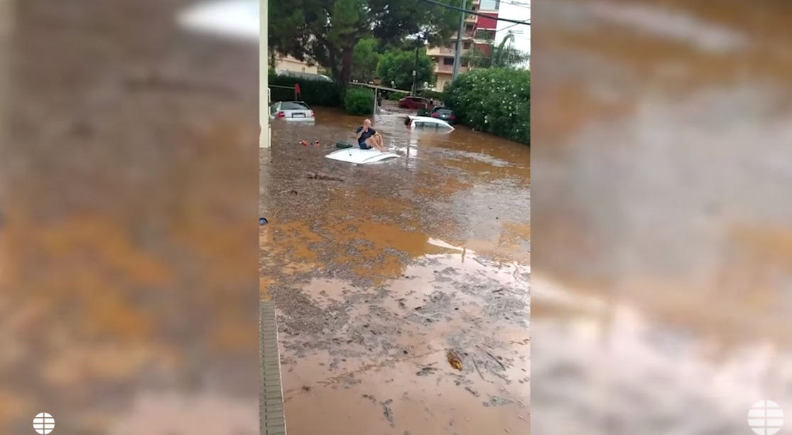 VIDEO. Pe acoperișul mașinii… După uraganul din SUA, e rândul Europei. Spania, devastată de furtuni, grindină și inundații