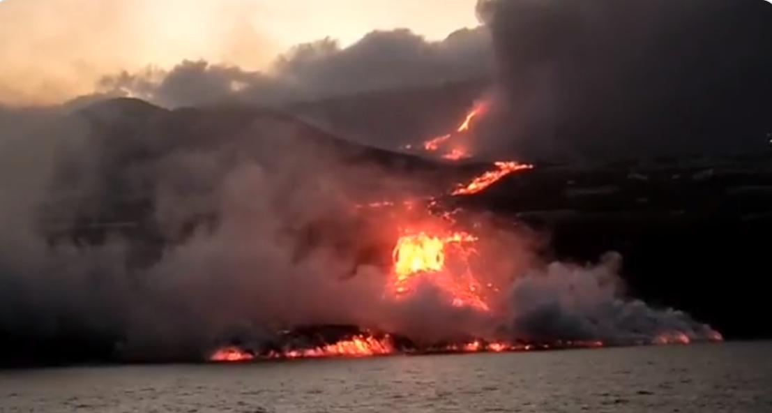 VIDEO. Momentul în care lava vulcanului intră în mare și cum apare a doua limbă de foc care o ia la vale
